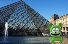 france paris the louvre museum french around the world with gummibar travel blog i am a gummy bear song gummybear international animated cartoon web series youtube